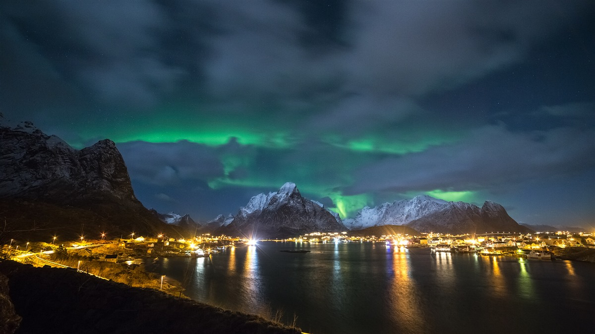 566689_severnoe-siyanie_noch_norvegiya_lofotenskie-ostrov_2048x1152_(www.GdeFon.ru)